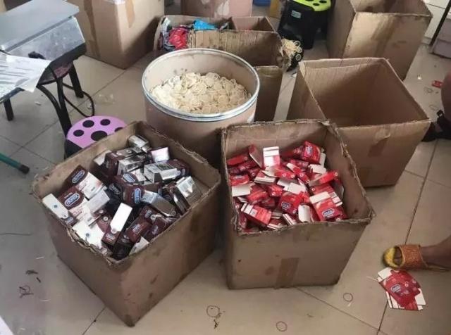 Полиция Китая обнаружила фабрику по производству поддельных презервативов (3 фото)