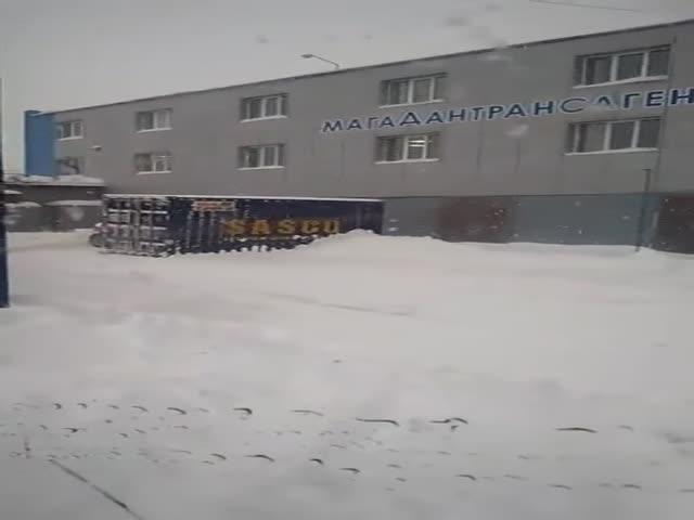 Суровый способ уборки снега в Магадане