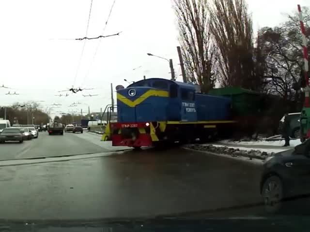 Женщина не заметила поезд и врезалась в него