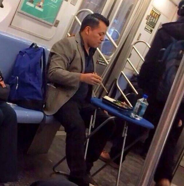 Странные пассажиры в общественном транспорте (28 фото)