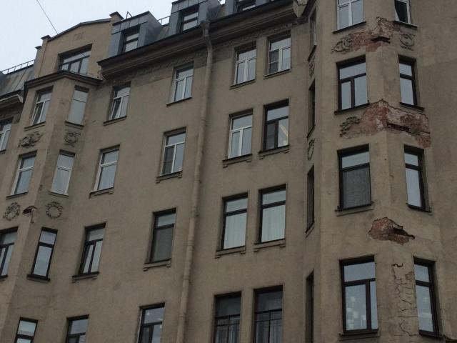 Лепнину на историческом здании в Питере отреставрировали при помощи монтажной пены (4 фото)
