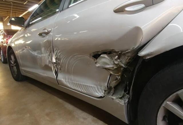 Странные повреждения на автомобиле (4 фото)