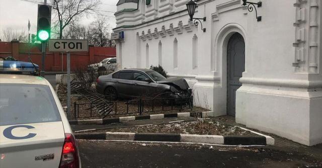 """""""Церковный дрифт"""" завершился ударом в стену монастыря"""