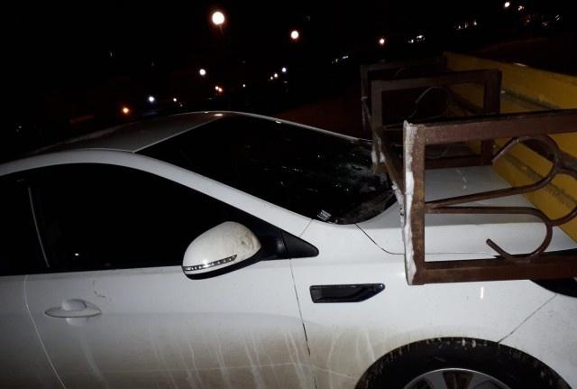 Выходишь утром во двор, а на капоте авто лежит лавочка (4 фото)