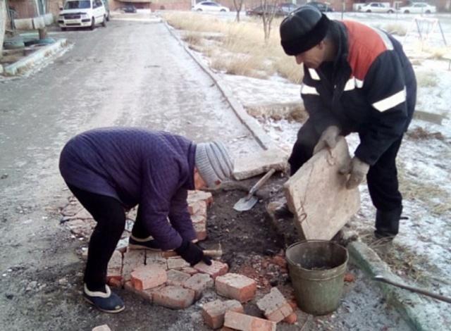 72-летняя пенсионерка не дождалась дорожников и своими руками заделала яму во дворе (2 фото)