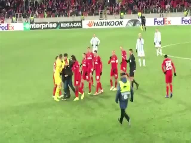Фанат выбежал на футбольное поле и хотел ударить Дениса Глушакова