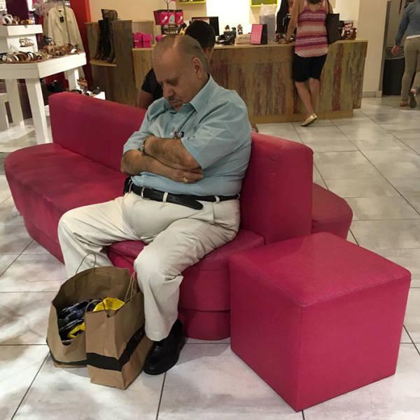 Мужчины, которым пришлось отправиться со своими женами на шопинг (53 фото)