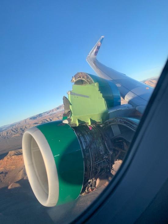 Авиалайнер Airbus A320 потерял часть обшивки после взлета (4 фото + видео)