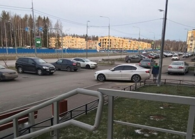 Уровень парковки - царь на BMW (4 фото)