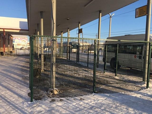 """В Тюменской области на автовокзалах установили """"клетки"""" для пассажиров (3 фото)"""