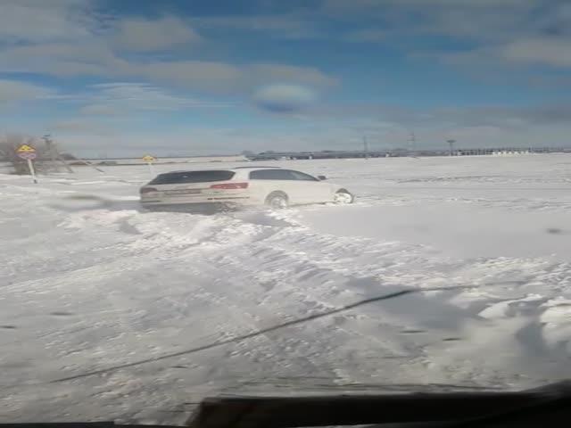 Застрявший в снегу Audi Q7 и Нива
