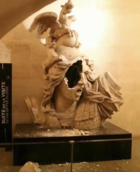 """""""Желтые жилеты"""" разгромили музейное помещение Триумфальной арки (5 фото)"""