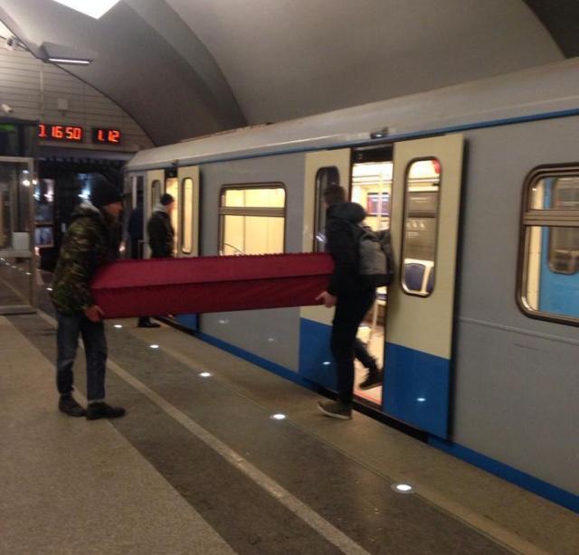 Парни провезли гроб на метро в Москве (фото + видео)