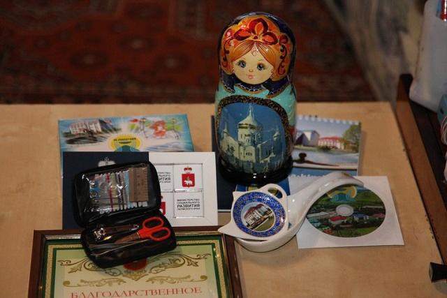 Охотникам, которые спасли заблудившихся в лесу детей, подарили странные подарки (2 фото)