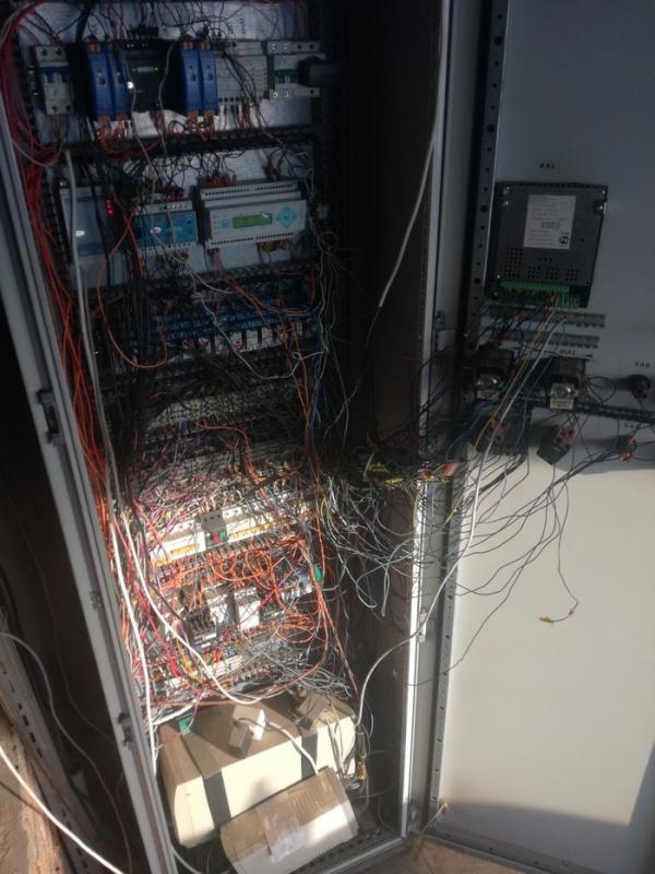 Настоящий ад для любого электрика (4 фото)