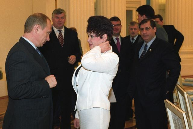 Сенаторша Валентина Петренко с самой запоминающейся прической покинула свой пост (11 фото)
