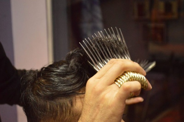 Эдвард Руки-ножницы в реальной жизни: пакистанец стрижет посетителей 27 парами ножниц (6 фото)