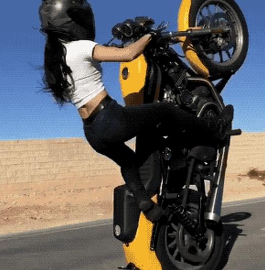Очаровательная девушка на мотоцикле (13 гифок)