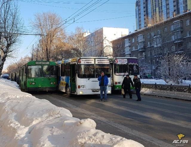 Необычный способ заблокировать одну из важных дорог в Новосибирске (3 фото)