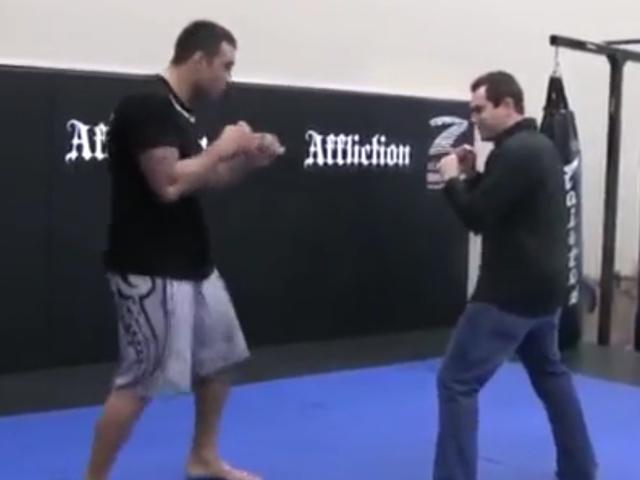 Парень решил опробовать удар бойца MMA на себе