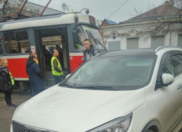 Блондинка на внедорожнике припарковалась на трамвайных путях и спокойно ушла (2 фото + видео)