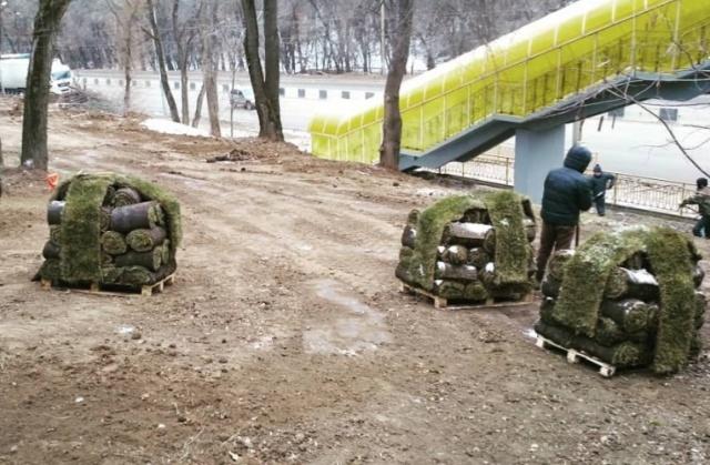 В Ростове-на-Дону в новом сквере укладывают рулонный газон прямо на сугробы (3 фото)