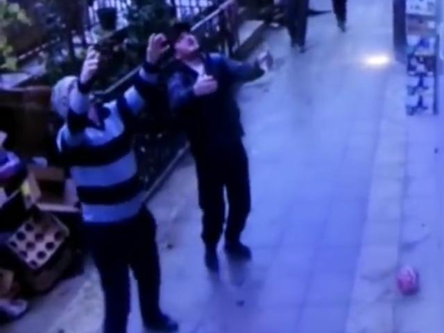 Прохожие в Махачкале поймали девочку, которая выпала из окна на пятом этаже