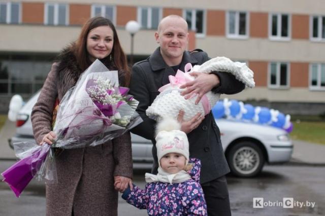 Капитан погранзаставы в Кобрине с оркестром встречал жену из роддома (6 фото + видео)