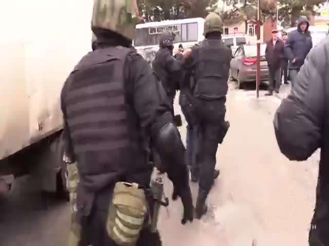 Бойцы ОМОНа осуществляют облаву на цыган