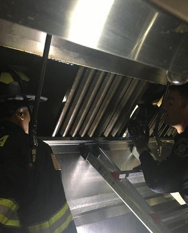 Повар китайского ресторана услышал странные звуки в вентиляции и вызвал полицию (6 фото)