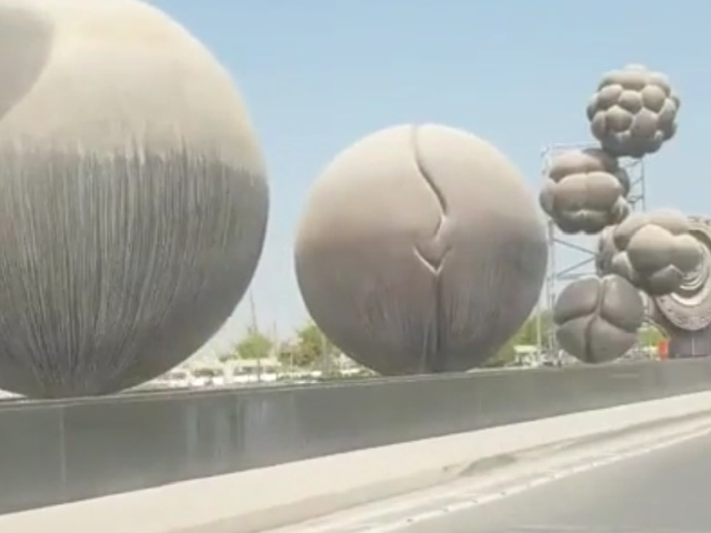 Необычная инсталляция на подъезде к роддому в Катаре