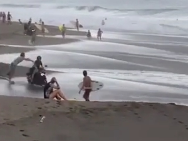 Как местные жители на Бали борются с туристами на скутерах