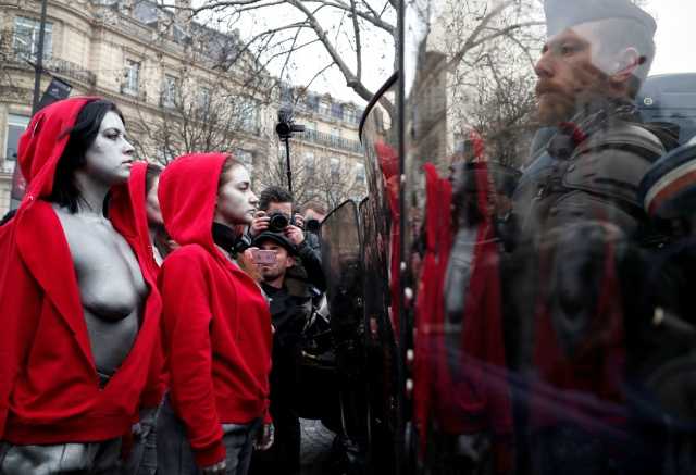 Женщины с обнаженной грудью устроили безмолвную акцию протеста в Париже (3 фото + видео)