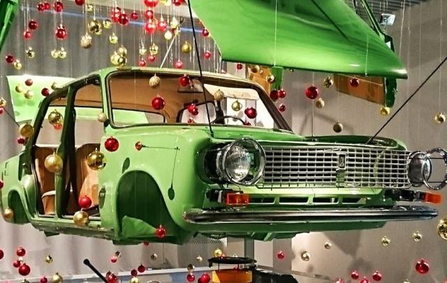 Необычная новогодняя ёлка из ВАЗ-2101 (2 фото)