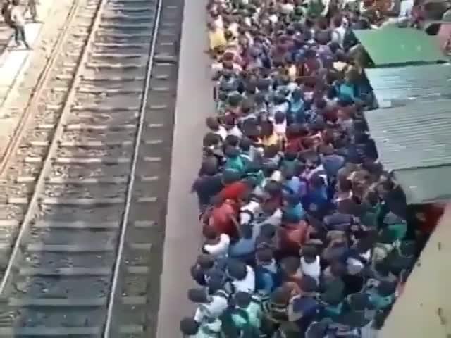 Прибытие пригородного поезда в Индии