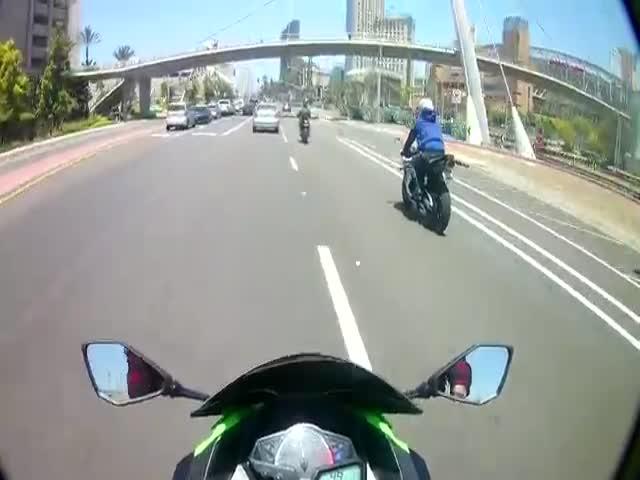 "Водитель автомобиля наказал мотоциклиста за ""небезопасную"" езду"