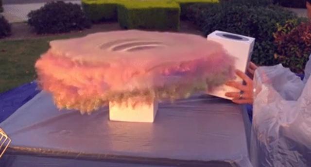 """Бывший инженер NASA Марк Робер создал """"бомбу"""" с блестками для наказания воров посылок (3 фото + видео)"""