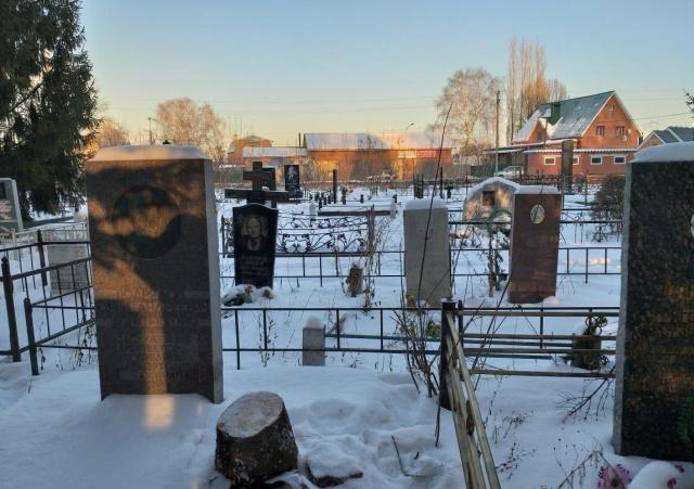 В одном из микрорайонов Стерлитамака хотели установить ёлку, спиленную на кладбище (4 фото)