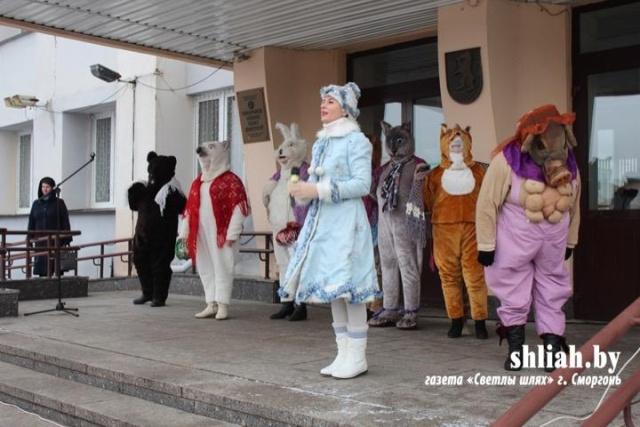 Таким действительно можно пугать детей: новогоднее представление в Сморгони (7 фото)