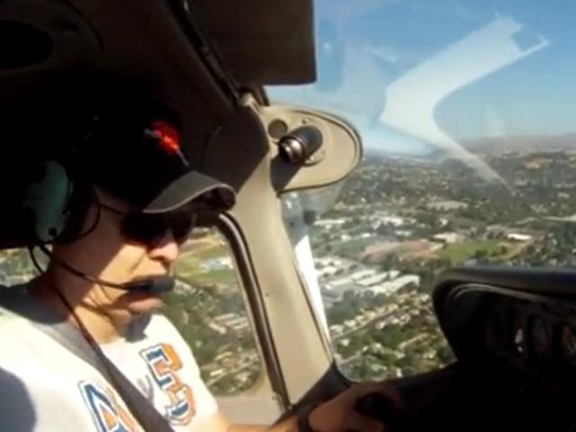 Пилот самолета совершил аварийную посадку на поле для гольфа