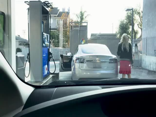 Блондинка на электромобиле Tesla решила заправиться