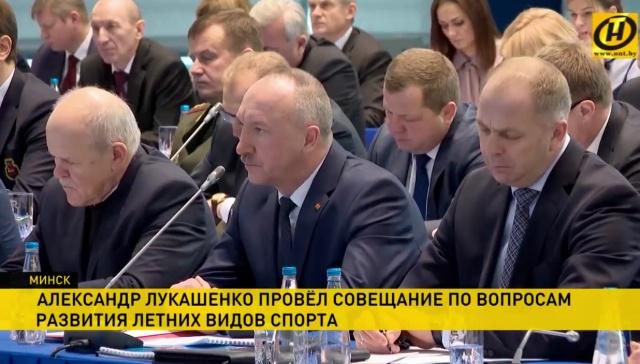 Видеооператор по ошибке заснял конспект чиновника во время совещания у Александра Лукашенко (фото + видео)