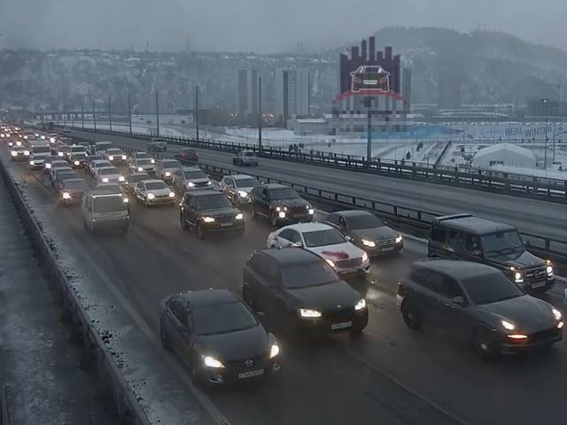 Свадебный беспредел на мосту в Красноярске
