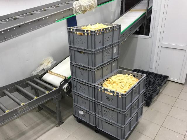 В Подмосковье обрабатывали просроченные сыры и вновь отправляли на прилавки магазинов (6 фото)