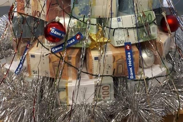 В Екатеринбурге сделали ёлку из пачек денег (2 фото)