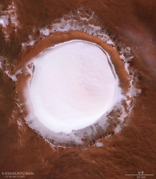 Снимки ледяного кратера Королёва на Марсе (4 фото)