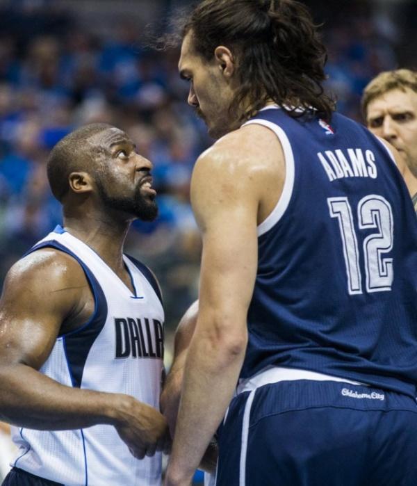Минутка доброты, или как баскетболист Стивен Адамс помог своему сопернику (5 фото)