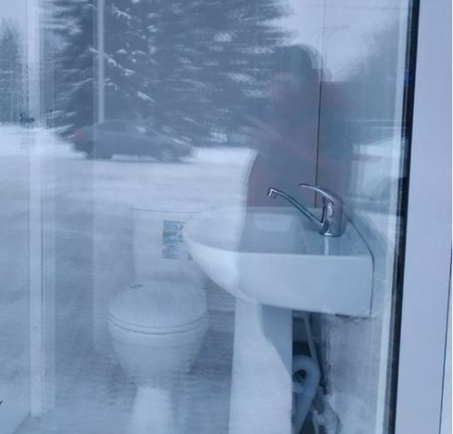 Необычный общественный туалет в Ульяновске (2 фото)