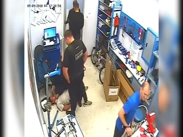"""Камера наблюдения сняла, как полицейский пытался """"скормить"""" телефон задержанному"""
