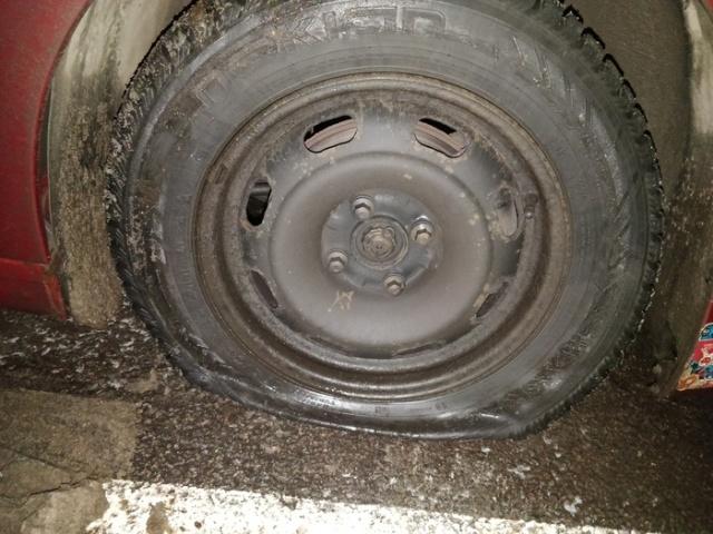 Пробил колесо и очень удивился, когда его снял (3 фото)